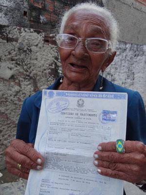Severina mostra certidão de nascimento (Foto: Luna Markman/G1)