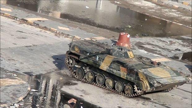 Reprodução de vídeo mostra tanque na cidade de Homs. (Foto: AFP)