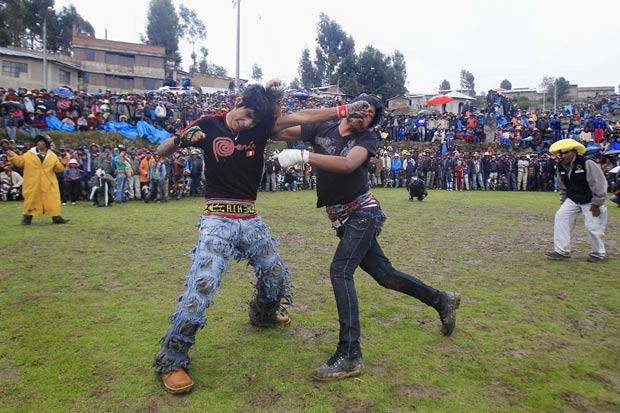 Peruanos trocam socos para resolver diferenças. (Foto: Enrique Castro-Mendivil/Reuters)
