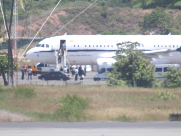 Avião da presidência da República pousa na Base Aérea de Salvador, com a presidente Dilma Rousseff e membros de sua família a bordo, nesta segunda-feira (26) (Foto: Ed Ferreira/Agência Estado)