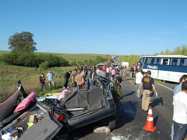 Acidente envolveu um carro argentino e um ônibus  (Foto: Júlio Lemos/Agência RBS)