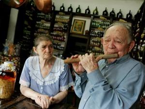 Teresa e Alfredo Mapurunga produzem licores e doces (Foto: Silvana Tarelho / Agência Diário)