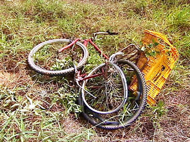 Ciclista foi atropelado na Rodovia do Sol (Foto: Ari Melo / TV Gazeta)
