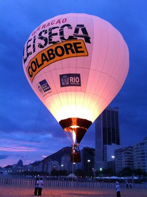 Balão de ar quente da Operação Lei Seca estreou em Copacabana nesta segunda-feira (26) (Foto: Túlio Mello/G1)