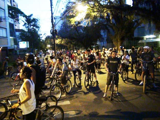 Ciclistas pedalam em grande grupo na região central de Porto Alegre (Foto: Felipe Truda/G1)