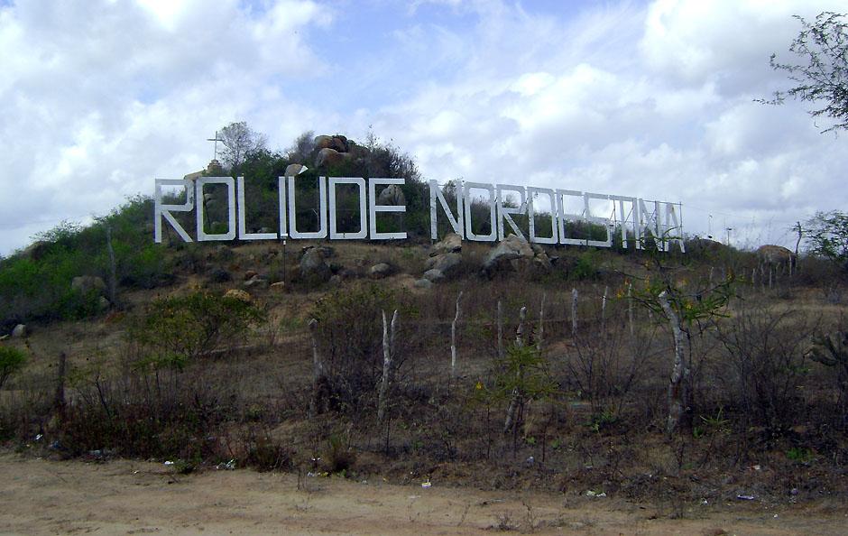 Letreiro 'Roliúde Nordestina' dá as boas-vindas aos visitantes de Cabaceiras.