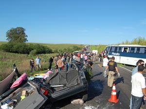 Acidente deixou cinco mortos na BR-290 na manhã desta segunda (26) (Foto: Júlio Lemos/Agência RBS)