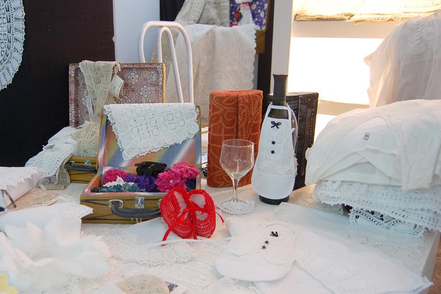 Stand de renda confeccionada no município de Pedras de Fogo, no Litoral Sul da Paraíba, tem produtos como roupas, colchas, fronhas e sapatinhos para bebês. Preços variam de R$25 a R$1.600
