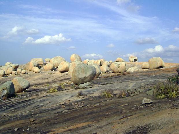 Cerca de 100 blocos milenares de granito compõem paisagem do lajedo (Foto: Karoline Zilah/G1)