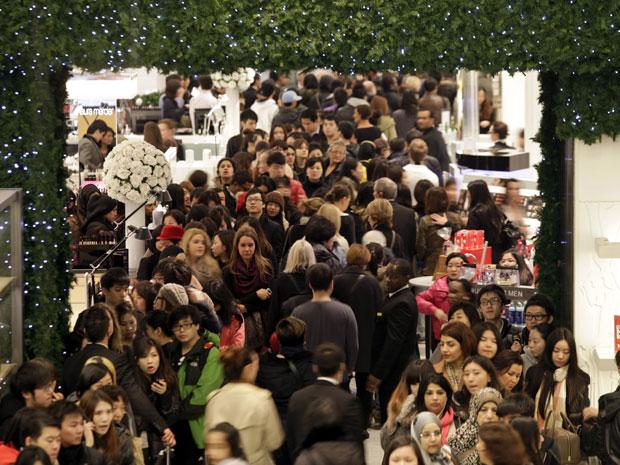 Consumidores lotam as lojas de Londres nesta segunda-feira (26), no dia chamado de Boxing Day, quando tradicionalmente começa a temporada de descontos no comércio. No centro da cidade, as lojas ficaram cheias assim que as portas abriram. (Foto: Lefteris Pitarakis/AP)