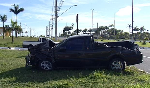 Com o impacto da colisão, Saveiro foi parar no canteiro central da rodovia ES-010. (Foto: Reprodução/TV Gazeta)