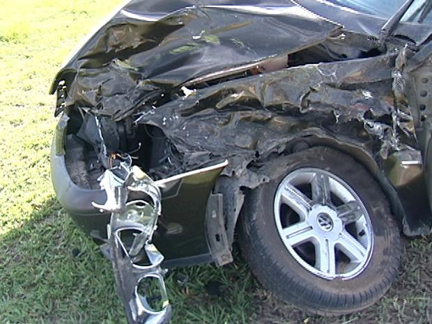 A frente do veículo ficou destruída após colisão com caminhão. (Foto: Reprodução/TV Gazeta)