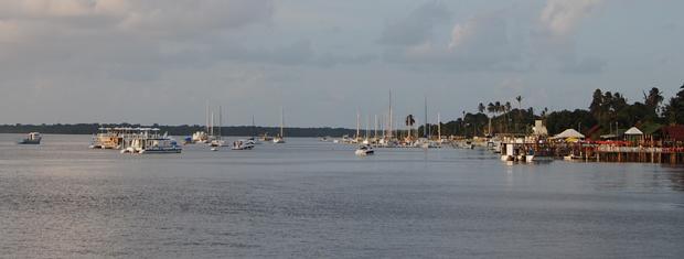 Praia do Jacaré também tem um grande volume de barcos (Foto: Krystine Carneiro/G1)