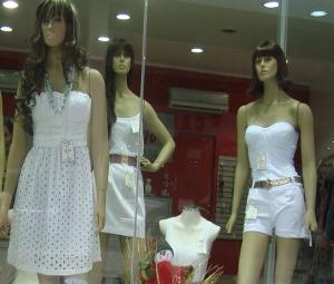 O branco predomina vitrine de loja de Sorocaba, SP (Foto: Tássia Lima / G1)