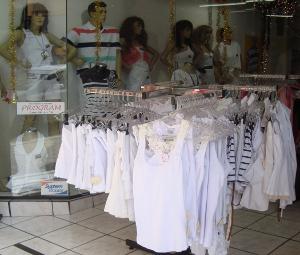 Roupas brancas são expostas em loja de Sorocaba, SP (Foto: Tássia Lima / G1)