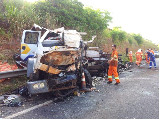 O caminhão ficou totalmente destruído após o acidente  (Foto: Moacir Pires/TV Tem)
