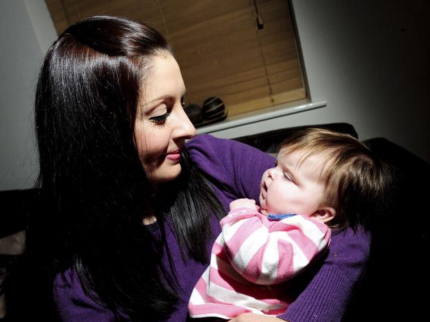 A pequena Eva Joyce nasceu cega e hoje enxerga devido a um transplante de córnea (Foto: Caters News)