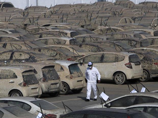 Carros da Honda danificados pela enchente (Foto: Sukree Sukplang/Reuters)