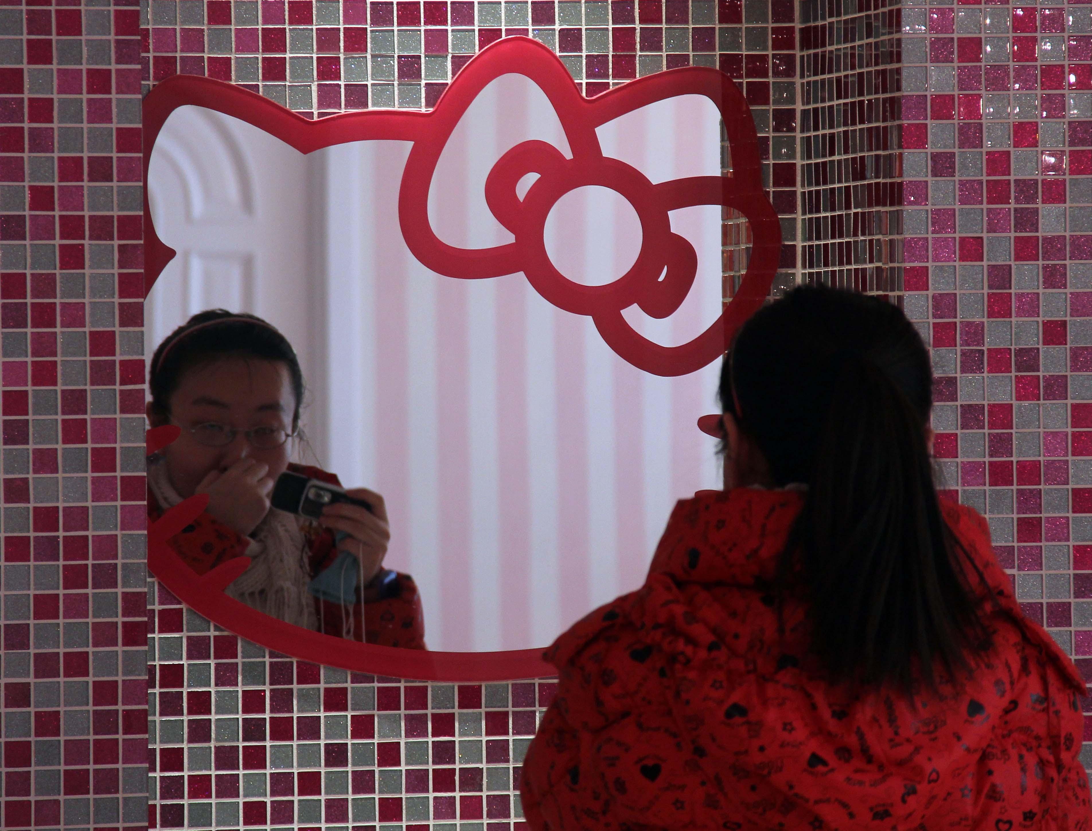 As paredes do banheiro são coloridas e brilhantes e o espelho tem a  #A72437 3808 2896