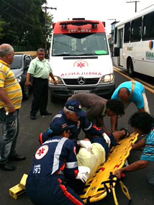 SAMU realizou a remoção do motociclista (Foto: Rádio Amazonas FM)