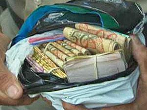 Saco de dinheiro foi encontrado no calção de suspeito (Foto: Reprodução/TV Globo)