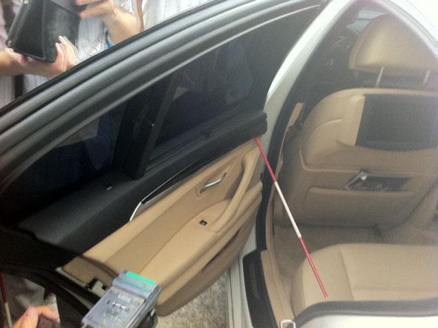 Polícia faz nova perícia no carro do jogador Adriano durante acareação na Barra (Foto: Alba Valéria Mendonça/G1)