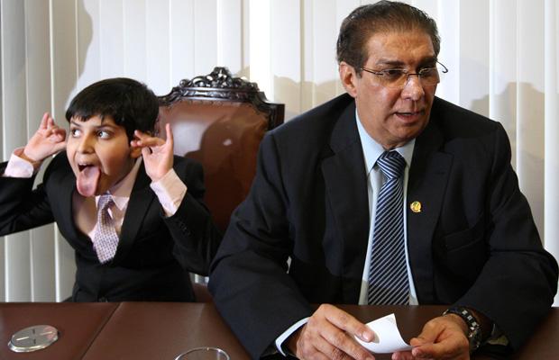 O filho de Jader Barbalho, Daniel, faz careta durante entrevista na sala da liderança do PMDB no Senado (Foto: Beto Barata / Agência Estado)