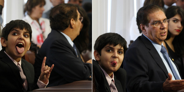 Imagens do filho de Jader Barbalho, Daniel, durante a entrevista do pai na sala da liderança do PMDB no Senado (Foto: Beto Barata / Agência Estado)