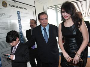 Jader Barbalho com os filhos Daniel e Geovana, ao chegar para tomar posse no Senado (Foto: Dida Sampaio / Agência Estado)