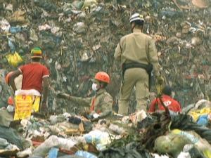 Bombeiros e catadores de lixo tentam socorrer criança (Foto: Reprodução/TV Morena)