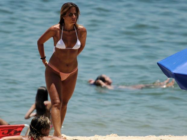 Mulher passeia na praia de Ipanema, no Rio (Foto: Vanderlei Almeida/AFP)