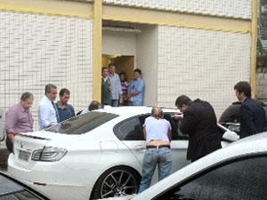 Reconstituição é realizada no carro de Adriano na noite desta quarta-feira (28) (Foto: Alba Valéria Mendonça/G1)