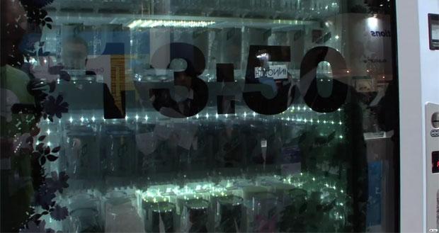 Quando não está sendo utilizada, máquina mostra o horário ou anúncios de produtos (Foto: Divulgação)