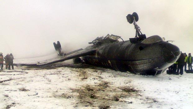 Destroços do avião acidentado nesta quarta-feira (28) em Osh, no Quirguistão (Foto: AFP)