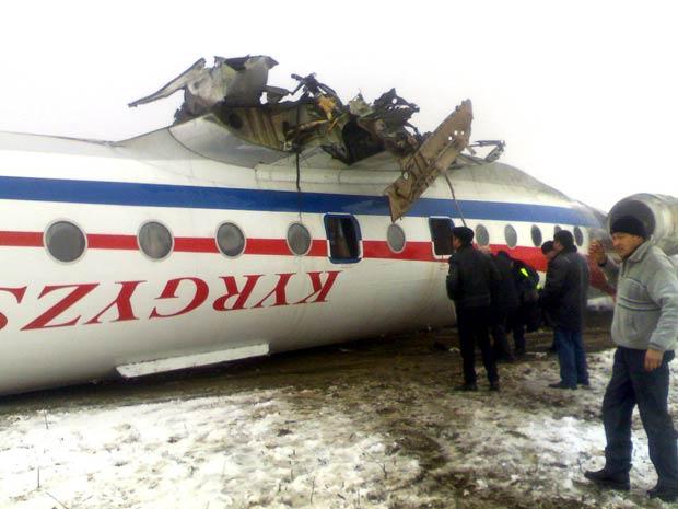 Destroços do avião acidentado nesta quarta-feira (28) em Osh, no Quirguistão (Foto: Reuters)