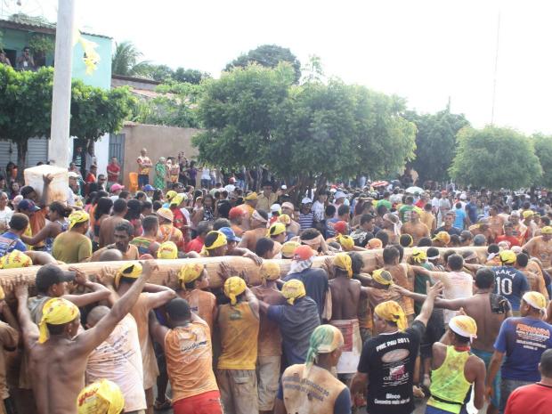 """A celebração o """"Festa do Pau de Santo Antônio"""" ou Festa do Pau da Bandeira, em Barbalha, é internacionalmente conhecida. (Foto: Antônio Vicelmo / Agência Diário)"""