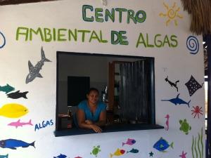 Margarida prepara ''cocalgas'', uma cacoda de algas (Foto: Gabriela Alves/G1 Ceará)