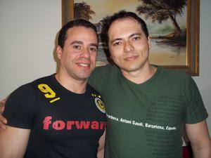 Fernando Alcântara de Figueiredo e Laci Araújo, no apartamento onde moram, em Brasília. (Foto: Iara Lemos/G1)