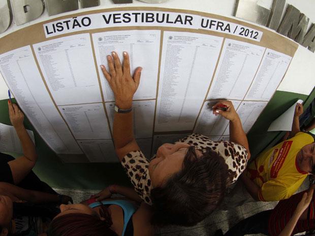 Estudante procura nome na lista de aprovados da Ufra (Foto: Tarso Sarraf/AE)