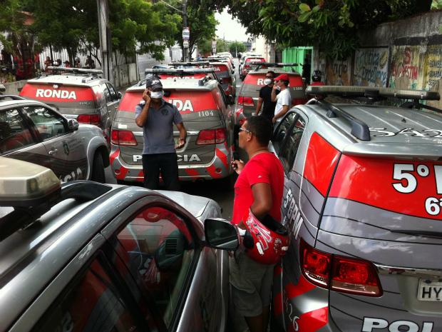 Carros policiais são usadas para bloquear entrada e saída da 6ªCia (Foto: Alana Araújo/TV Verdes Mares)