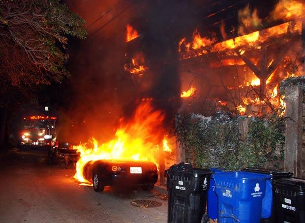 Incêndio provocou danos em casa onde viveu Jim Morrison. (Foto: Mike Meadows/AP)
