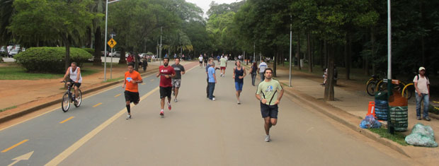 Corredores no Parque Ibirapuera na última quinta-feira (29) (Foto: Márcio Pinho)