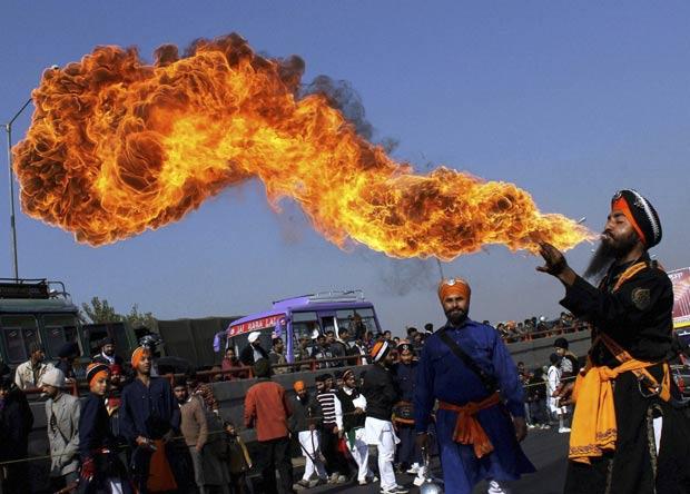 Um guerreiro Sikh lançou labaredas gigantes de fogo com a boca durante um evento na quinta-feira (29) em Jammu, na Índia. (Foto: AP)