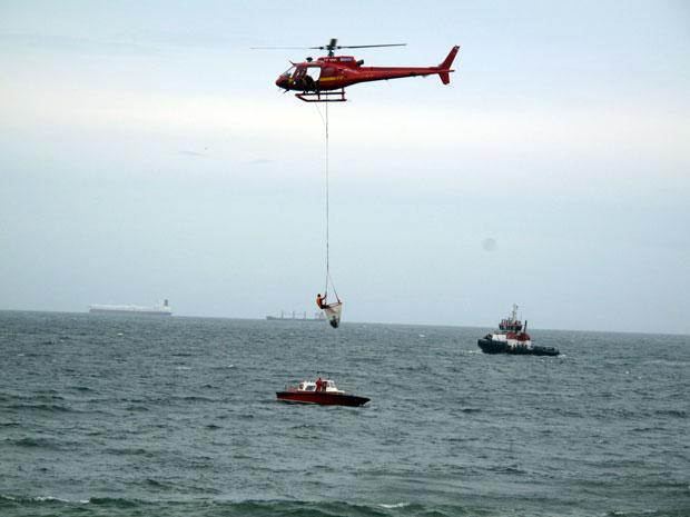 Bombeiros resgatam afogados em Copacabana (Foto: Roberto De Martin/G1)