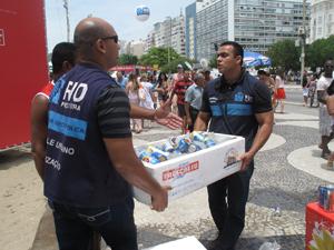 Apreensão em Copacabana (Foto: Roberto De Martin/G1)