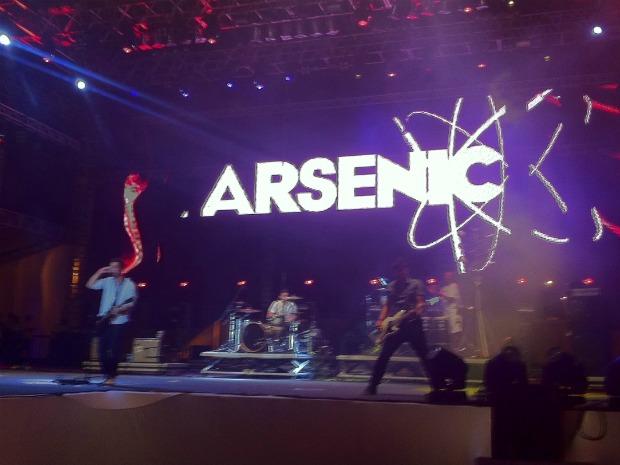 Arsenic é a segunda banda a se apresentar e leva o público jovem a loucura. (Foto: Gabriela Alves/G1)