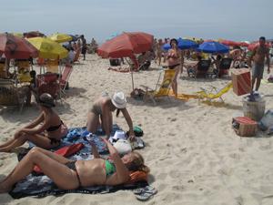 Turistas e cariocas aproveitam último dia do ano com sol em Copacabana (Foto: Roberto De Martin/G1)
