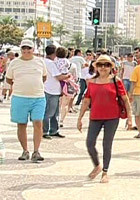 Multidão aproveita solem Copacabana (Reprodução/Globo News)