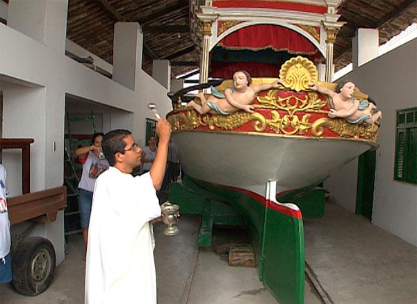 Galeota é levada ao mar para iniciar festejos a Bom Jesus dos Navegantes (Foto: Imagem/TV Bahia)