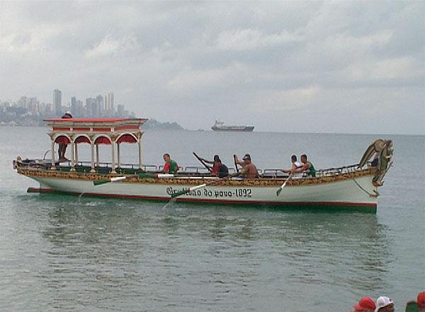 Galeota é levada ao mar para iniciar festejos a Bom Jesus dos Navegantes (Foto: Reprodução/TV Bahia)